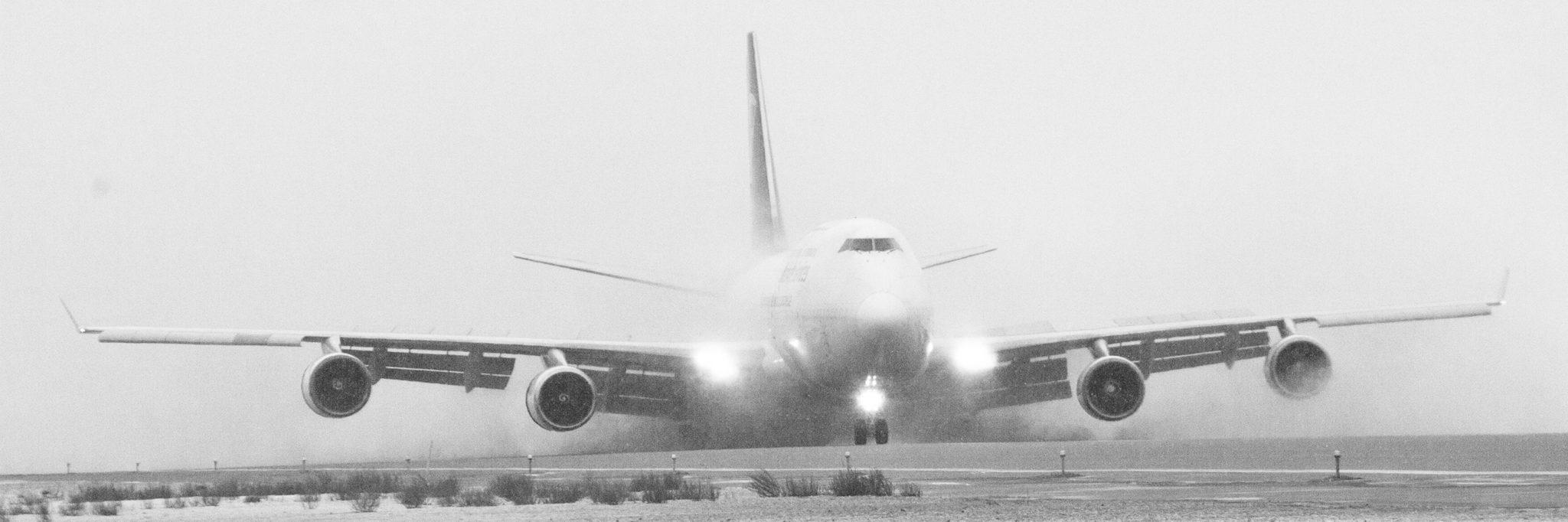 Alaskafoto photo of a jet landing